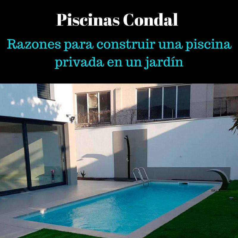piscina privada en un jardín