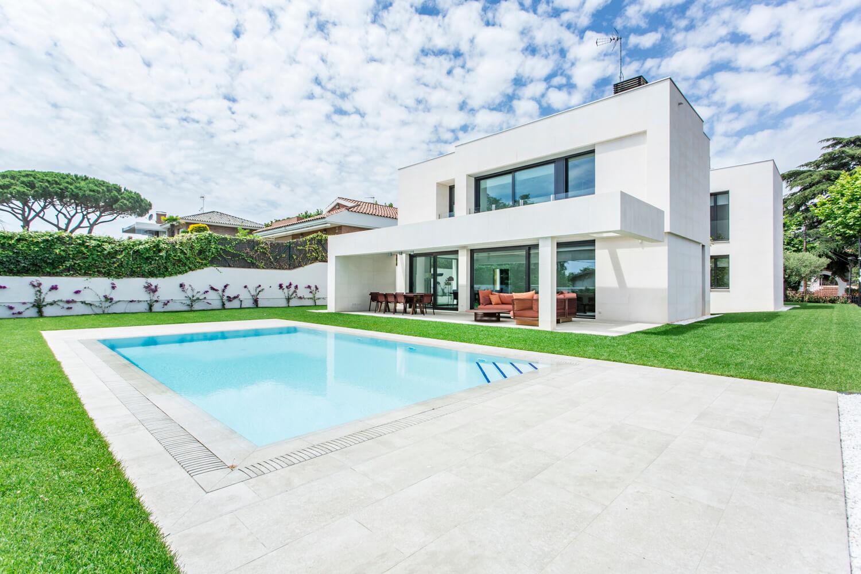 C mo construir una piscina de dise o en un jardin piscinas condal - Diseno de un jardin ...